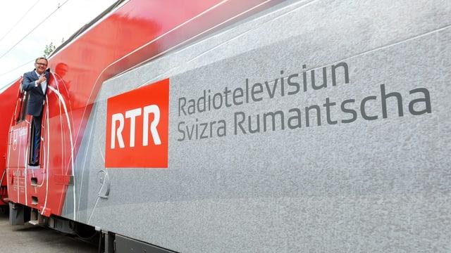 Mariano Tschuor ed ina locomotiva cun si il logo da RTR.