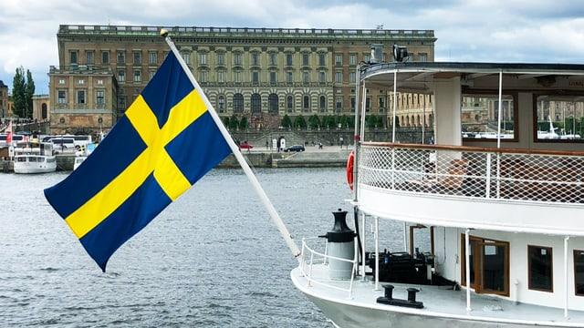 Fähre mit schwedischer Flagge steht vor dem Königspalast