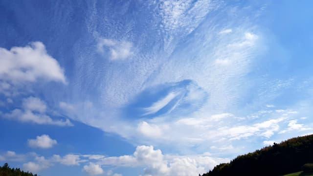 Eine Lochwolke mit einem Wolkenschleier im Zentrum,