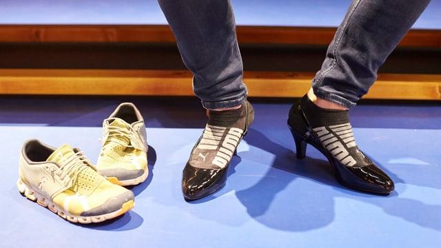 Männerfüsse mit High Heels dran