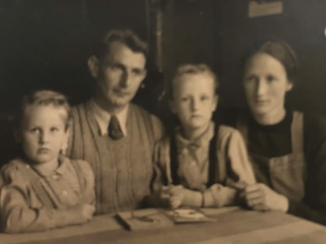 Familienfoto in schwarz-weiss Aufnahme.