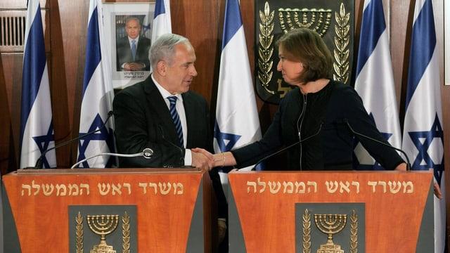 Netanjahu und Livni schütteln sich an einer gemeinsamen Pressekonferenz die Hand.