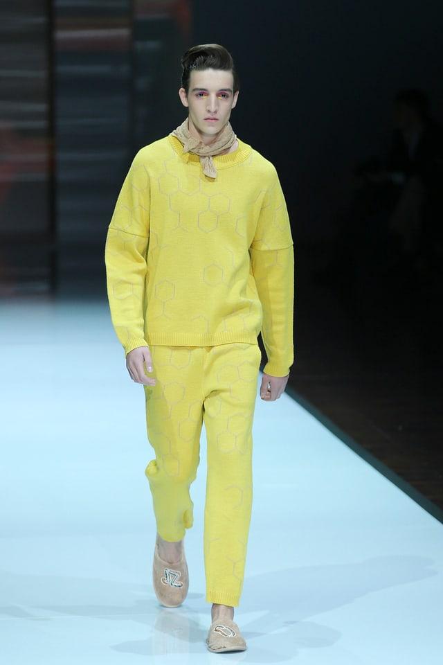 Model auf dem Laufsteg in gelben Kleider