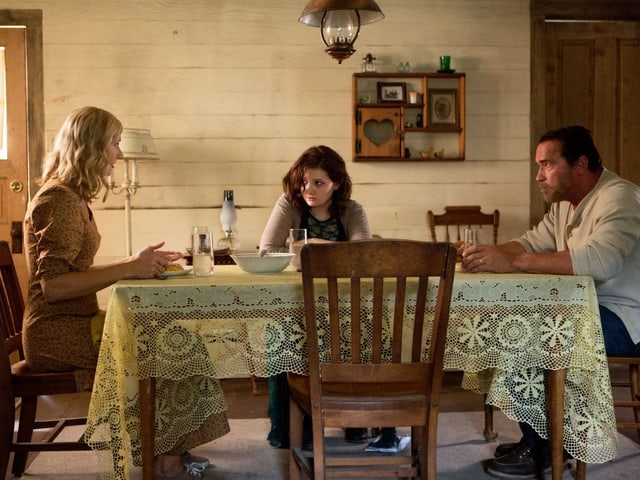 Eltern und Kind am Tisch.