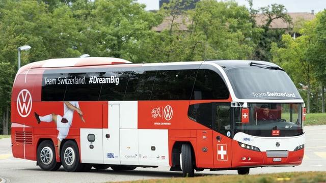 Der Nati-Bus verlässt den Parkplatz