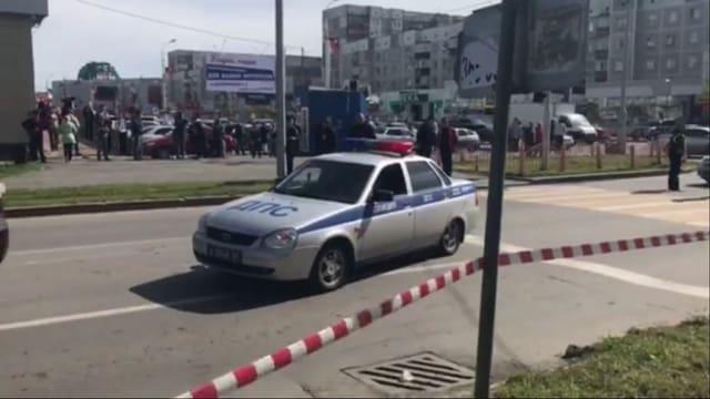 In auto da polizia da la Russia e bajetgs da plattas davostiers.