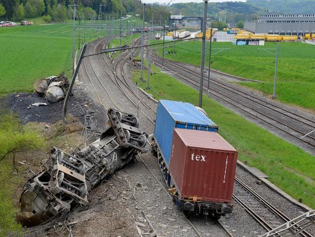 Zwei umgekippte Zisternenwagen, zwei Güterwagen des verunglückten Zuges stehen noch auf dem Gleis