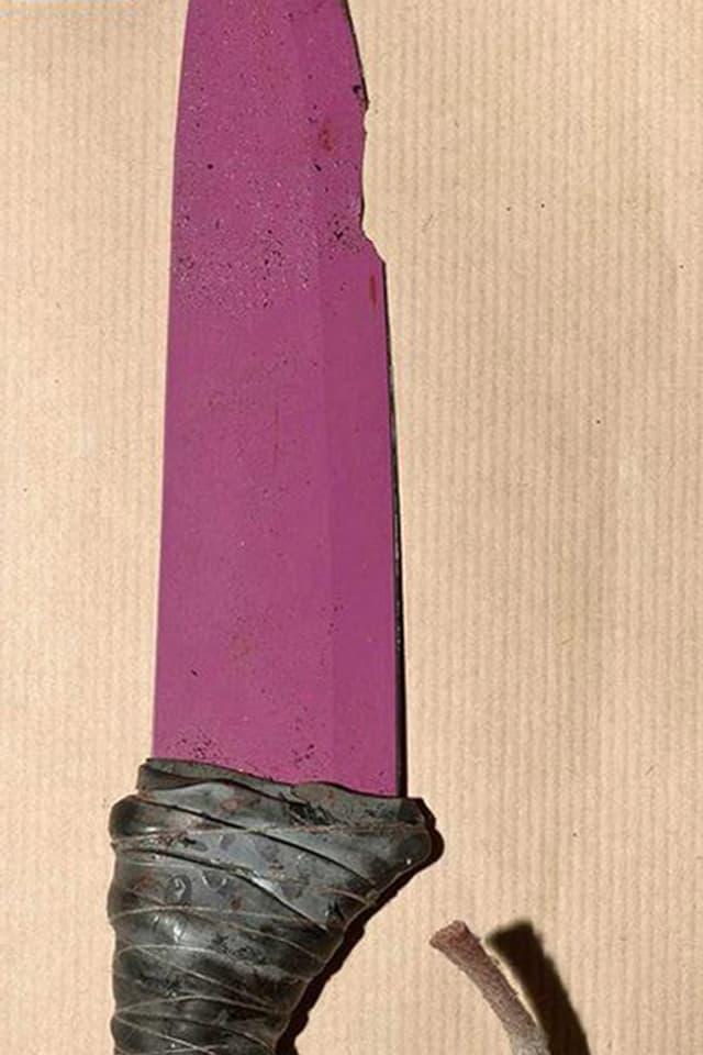 Pinkfarbenes Keramikmesser, mit Leder umwickelter Griff.