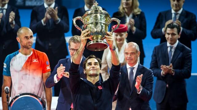 Roger Federer dauza il buccal dal turnier da Basilea