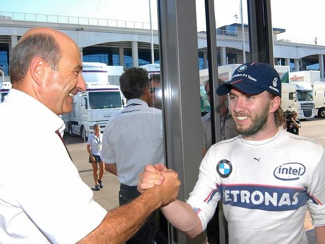 Peter Sauber und Nick Heidfeld beim Händedruck.