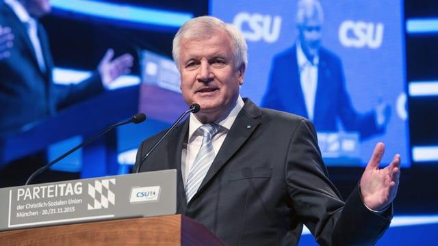 Horst Seehofer durant ses pled al di da partida da la CSU, ils 21 da november 2015.