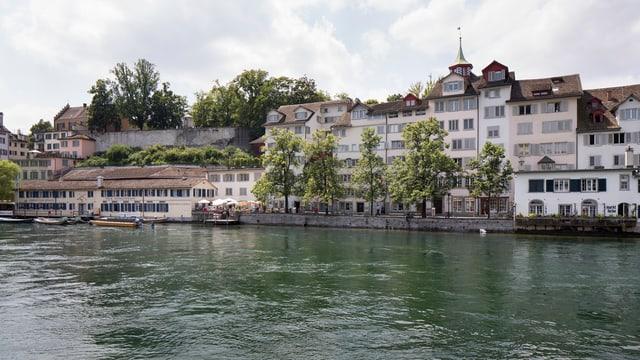 Häuserfassaden an der Schipfe am Ufer der Limmat