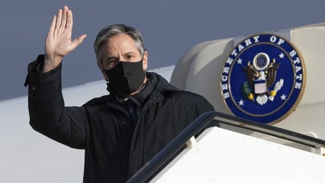 US-Aussenminister Anthony Blinken steigt in Island aus dem Flugzeug.