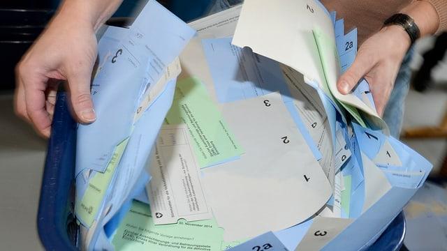 Ein Korb voll Stimmzettel