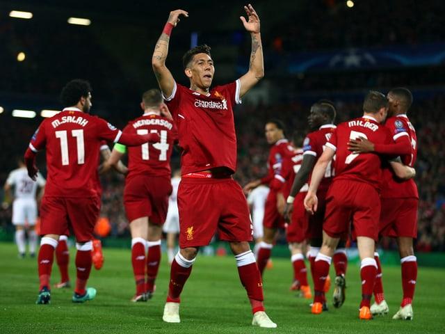 Roberto Firmino lässt sich von den Fans feiern