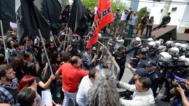 Protestierende und Sicherheitskräfte geraten aneinander