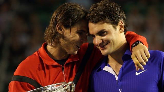 Rafael Nadal tröstet Roger Federer nach dem Australian-Open-Final 2009.