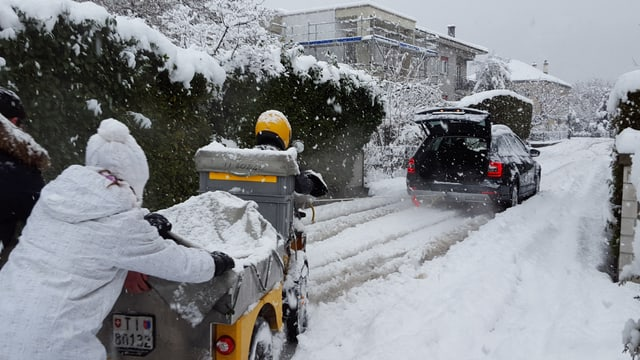 Tief verschneite Strassen in Giubiasco.