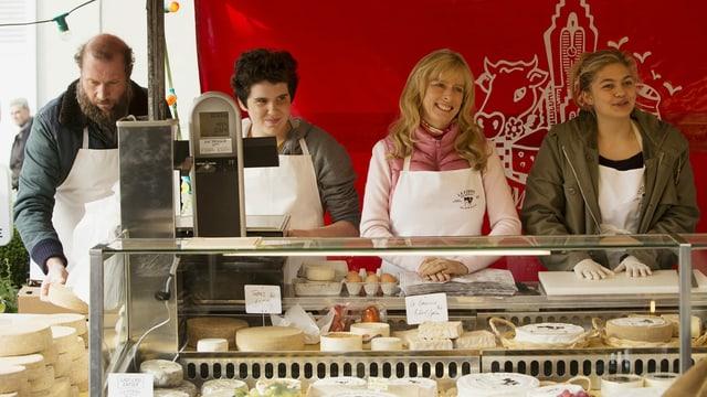 Spielfilm «Verstehen Sie die Béliers?»: Die Familie am Marktstand (François Damiens als Rodolpho, Luca Gelberg als Quentin, Karin Viard als Gigi, Louane Emera als Paula)