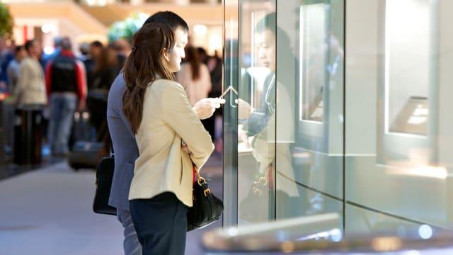 Zwei Kunden begutachten Waren vor einem Schaufenster an der BaselWorld