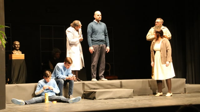 """Ina scena ord il teater """"Die Physiker""""."""