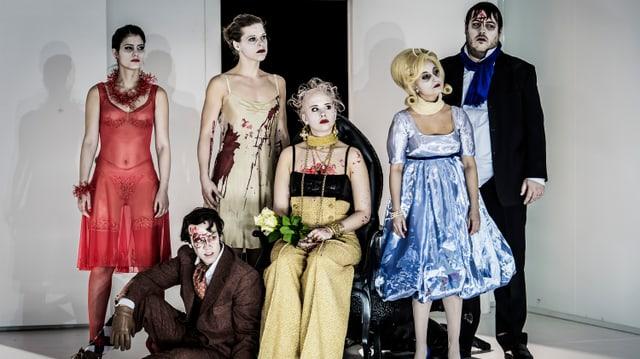 Gruppenbild des Ensembles des Luzerner Theaters in der Aufführung «Satyricon»