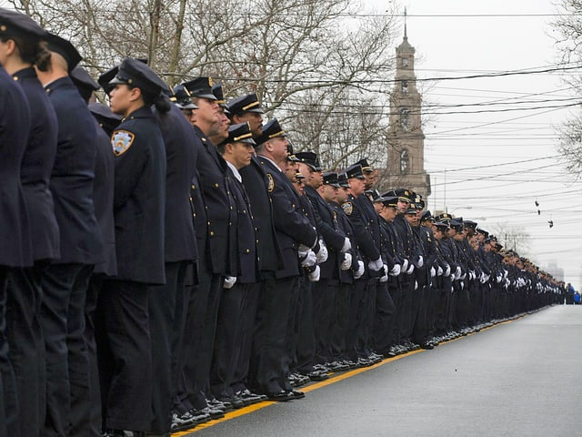 Zahlreiche Polizisten in Reih und Glied.
