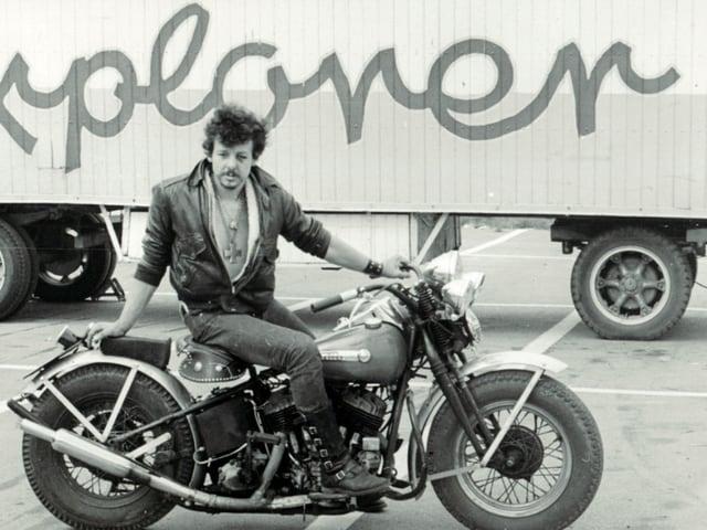 Matrin «Tino» Schippert auf einem Schwarz-Weiss Foto auf einem Motorrad.