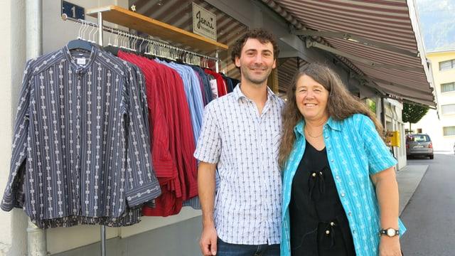 Sohn Samuel Jenni und Mutter Therese Jenni vor ihrem Laden in Meiringen.