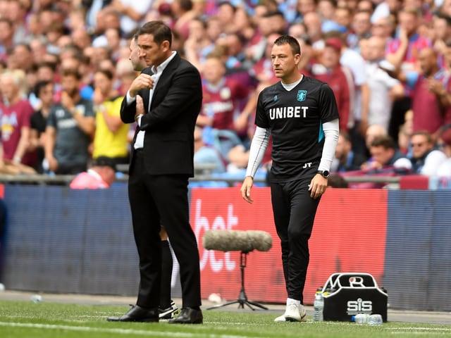 John Terry (rechts) entscheidet das Trainer-Duell gegen Frank Lampard für sich.