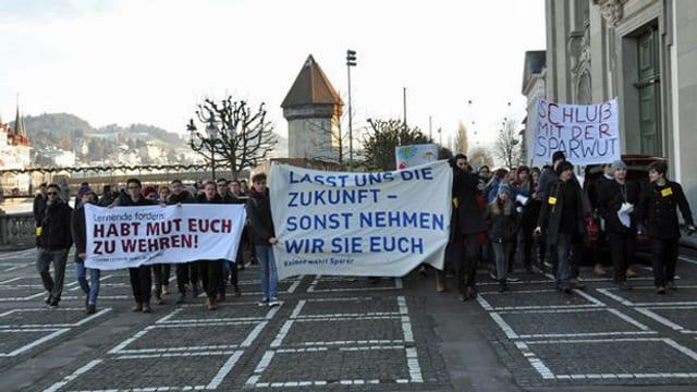 Schüler demonstrieren mit Transparenten.