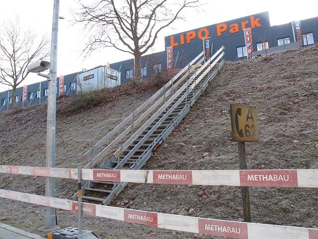 Provisorische Treppe an der Bahnstation Herblingen.