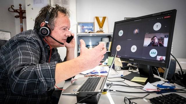 Thomas Bucheli in seinem Büro in der Redaktion von «SRF Meteo»: Von hier aus führt er die Videokonferenz mit den Sekundarklassen 9a und 9b aus Koppigen (BE).