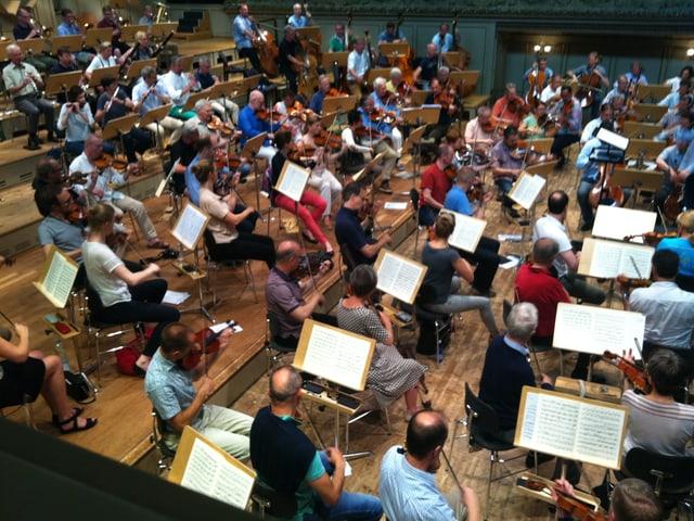 Symphonieorchester bei der Probe von schräg oben
