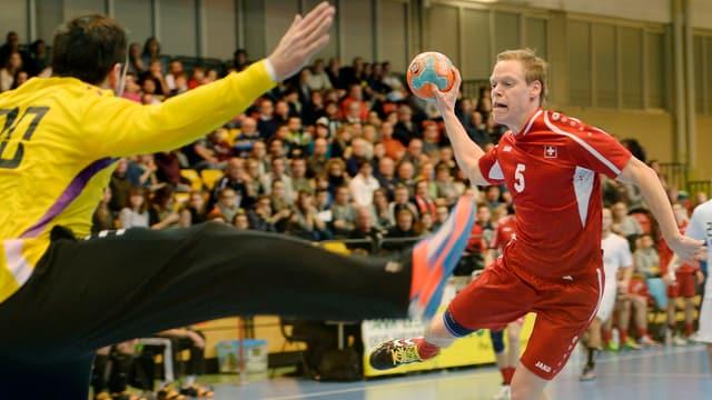 Manuel Liniger beim Torwurf im Länderspiel gegen die Slowakei