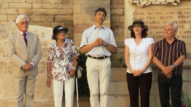 Vier Menschen vor einer Mauer