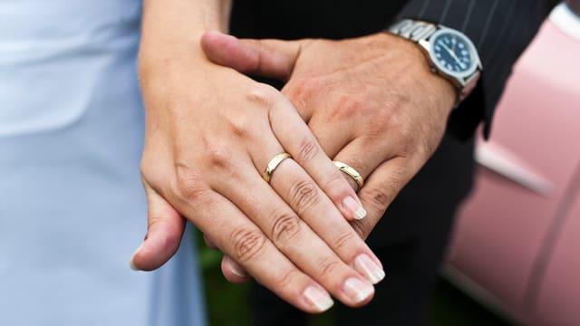 Hände eines Hochzeitspaars