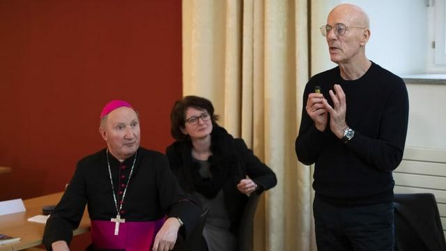 Peter Buercher, administratur apostolic da l'uvestgieu da Cuira, Cornelia Camichel Bromeis, decana da la Baselgia evangelica dal Grischun e l'rchitect Jacques Herzog.