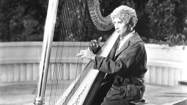 Auf dem Bild ist der Harpo mit seiner Harfe zu sehen.