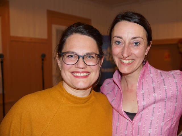Zwei Moderatorinnen in rustikalem Gasthaus.