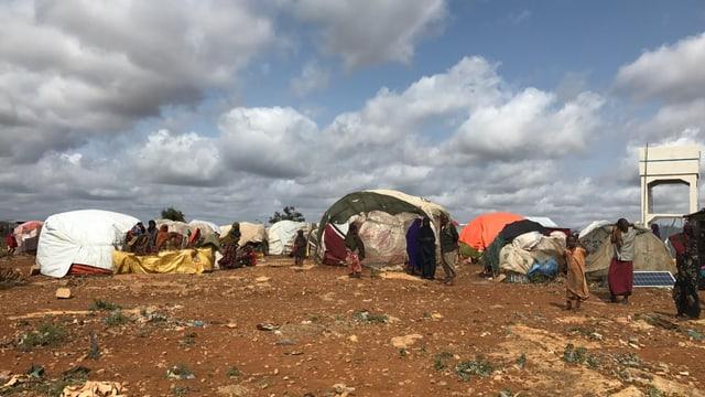 Menschen in Zeltlagern.