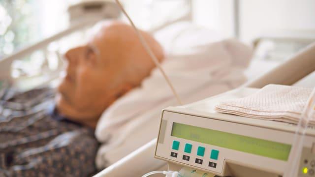 Ein alter Mann im Spitalbett.