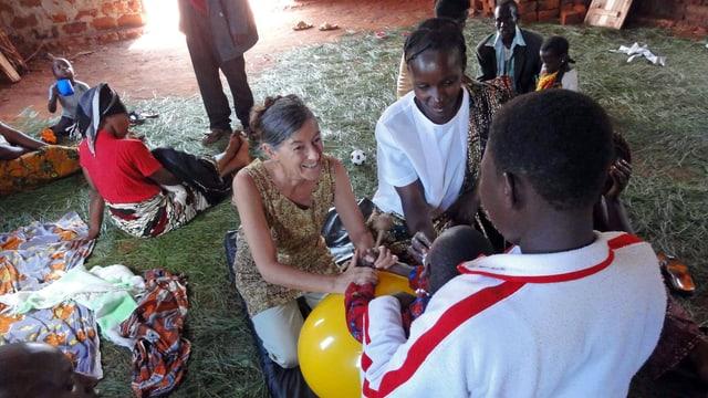 Mitarbeiterin von Interteam arbeitet mit Menschen in Tansania.