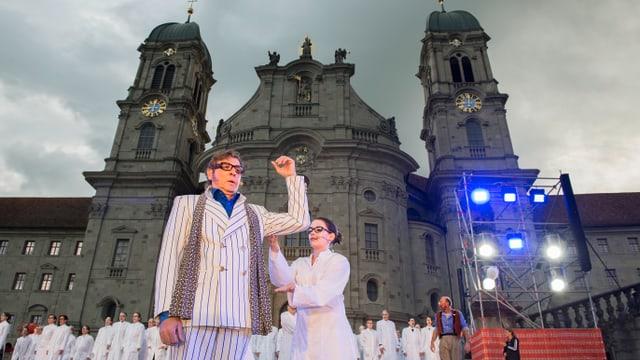 Schauspieler stehen vor dem Kloster Einsiedeln.