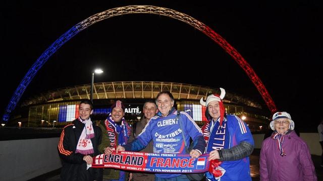 Französische Fans mit Schalfs und Trikots vor dem Wembley Stadion in London.