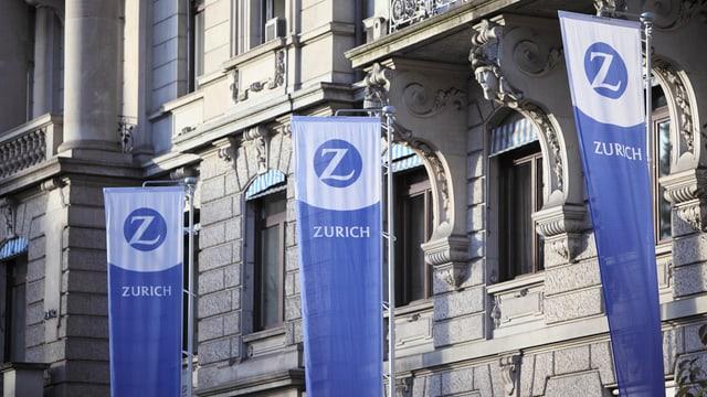 Bandieras pendan avant la sedia principala da l'assicuranza Zurich.