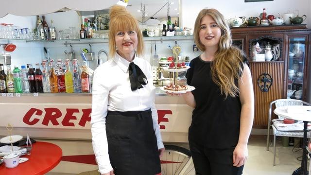 Yvette und Cosima Walde vor Theke
