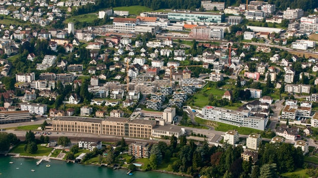 Ein Luftbild einer Stadt an einem See