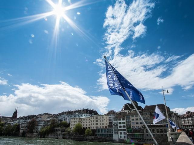 Blauer Himmel und die Stadt Basel.