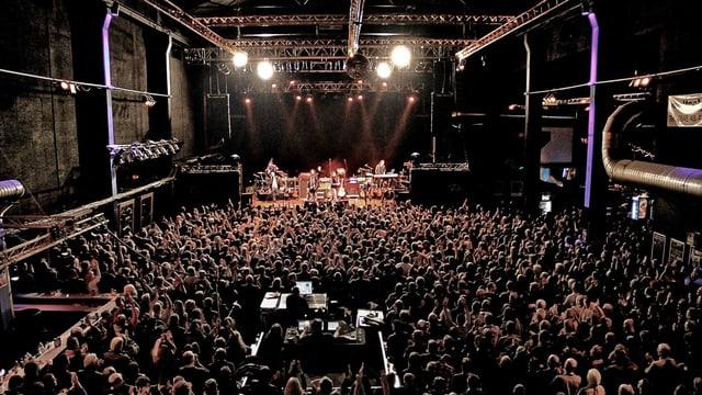 Viele Menschen in einer Konzerthalle